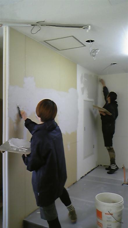 開業の記念に夫婦ふたりで、珪藻土の壁を塗る作業も楽しい‥‥
