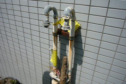 この写真のビルは、都市ガスメーターの手前までガス配管がありました。でもメーター自体は付いていませんでした。上方の手前に曲がっているノズルの先端に、通常は、ガスメーターが付いています。この物件では、ガスメーター設置は、物件オーナーが行ってくれました。