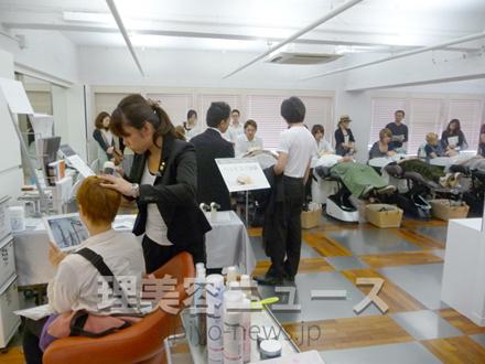 タカラベルモントが提案する新しいヘッドスパを体験する参加者(美容会館4階)