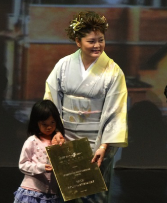 授賞式で、山野愛子ジェーン山野美容専門学校校長
