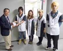 (寄付金を手渡す「山野祭」実行委員の学生ら)