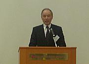 総会に先立ち挨拶する間仲博毛髪科学技術者協会代表幹事