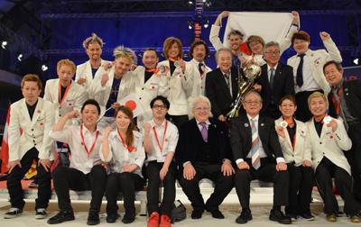 世界大会会場で日本理容チーム選手団一行が記念写真。フォデラOMC会長、吉川秀隆タカラベルモント社長らも。