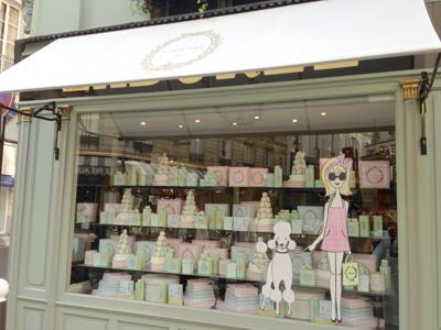 女性に人気な洋菓子店やパン屋の店づくりを、美容店づくりに参考にされるオーナー様もいらっしゃります。女性目線の参考になりますね。写真は、パリで屈指の人気のマカロン屋さんです。
