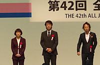 第16回作文コンテストの表彰。右から最優秀賞の大倉さん、優秀賞の内田さん、廣瀬さん