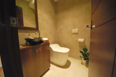 トイレの写真は、店舗内装デザイン会社のイメージ写真で、ほとんど公開されることがありません。デザインセンスの良さを訴えるのに有効な絵柄でないという、デザイン事務所のイメージ戦略が働くからです。でも、来店されるお客様は、トイレの内装や細かなインテリアや掃除の具合を敏感に感じておられます。お客様をおもてなしするという視点では、トイレの素材選びは手を抜けません。(ファサードの章ですが、トイレの素材に話しが飛びました)。