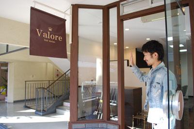 美容室のドアは、たいていは、お店の担当者様が押して空けるサービスを自然にされていますね。