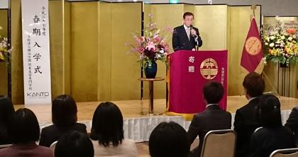 61人の新入生を前に式辞を述べる横山崇男関東美容専門学校校長