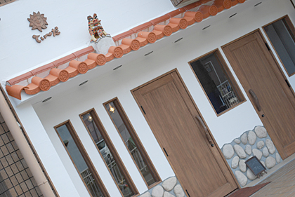 沖縄調の美容室外装。素材を現地から取り寄せることで、色味の再現がしやすく、雰囲気をつくりやすくなります。