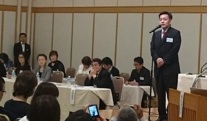 第8回定時社員総会総会であいさつする久米健市日本エステティック協会理事長