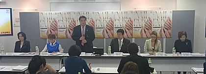会見の冒頭、あいさつする滝川晃一日本ネイリスト協会理事長