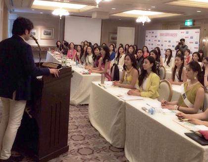 ミスユニバースジャパンの候補者を前に目元を指導する山下晴之ブラン社長(昨年の模様、写真・ブラン)