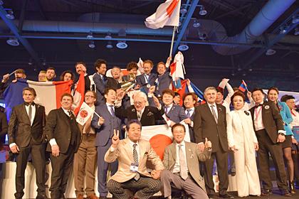 世界の頂点に立った日本理容チーム(写真・全理連)