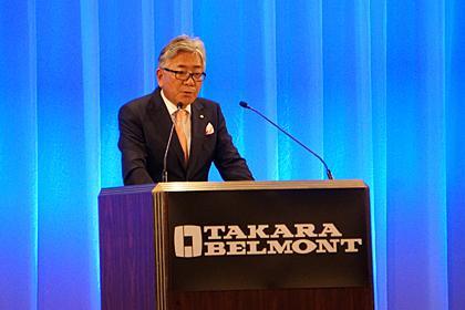 方針発表する吉川秀隆タカラベルモント代表取締役会長兼社長(会場は、リーガロイヤルホテル大阪)