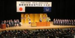 卒業生を前に式辞を述べる和田美義 国際理容美容専門学校校長・理事長