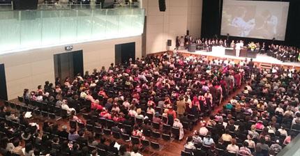 16クラスの巨大卒業式となった山野美容専門学校