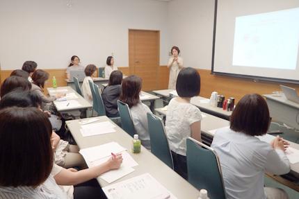 セミナーで免疫美容を語る島野孝子理事長