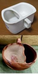 一般的なシェービングカップ(上)と備前焼のカップ