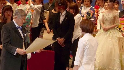 内閣総理大臣賞を贈る山野正義山野学苑総長
