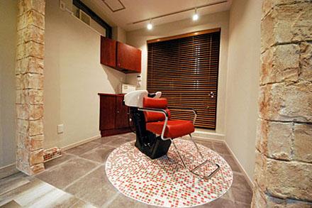 四角い部屋に、まっすぐ椅子があったら、かえって落ち着かないという持論をお持ちのオーナー様の感覚が活きた、個室でゆったりくつろぐ風の美容室様内装デザインです。