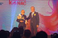 NAC創業者NGU氏と、吉川秀隆タカラベルモント代表取締役会長兼社長(記念式典で)