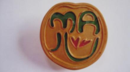 田中トシオ氏がデザインした「ma心」バッジ