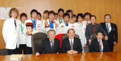 細川律夫厚生労働大臣を囲み記念写真におさまる選手団一行
