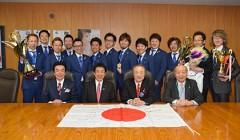 帰国後の3月31日、塩崎恭久厚生労働大臣に凱旋報告をした日本理容チーム選手、役員の皆さん(写真提供/全理連)
